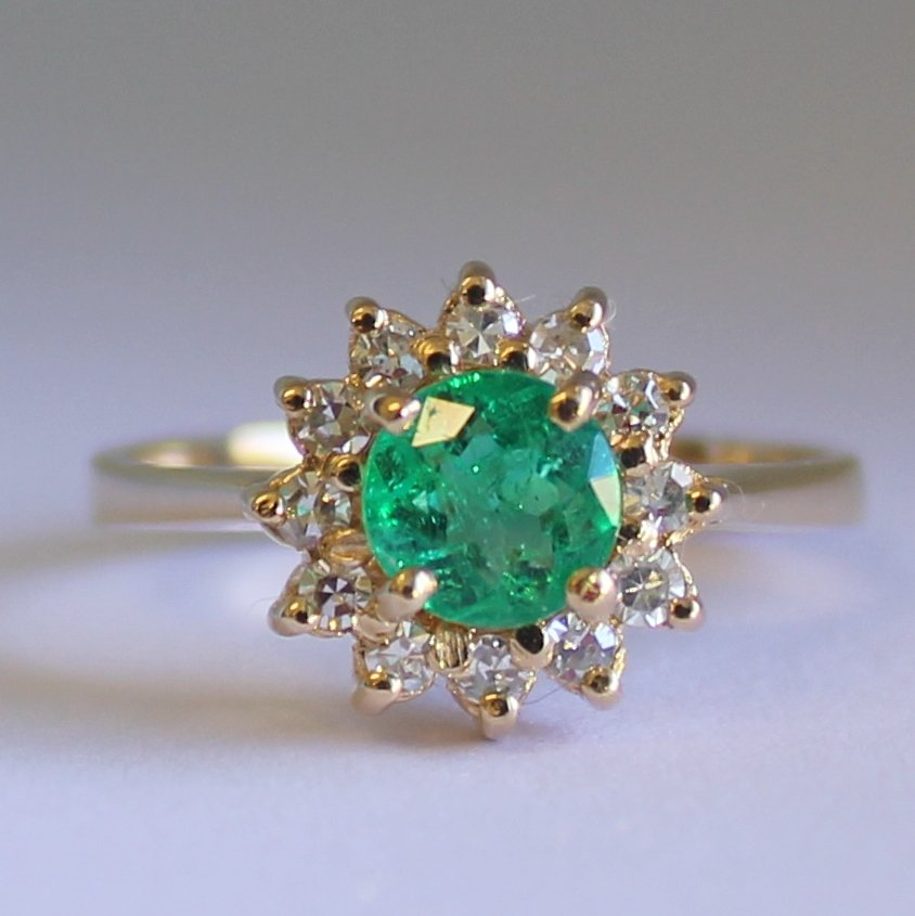 18ct Yellow Gold Colombian Emerald and 12 Diamonds Ring