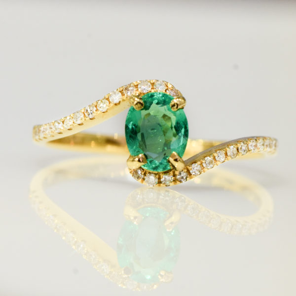 18k Gold and Diaminds Swirl Oval Cut Colombian Emerald Ring